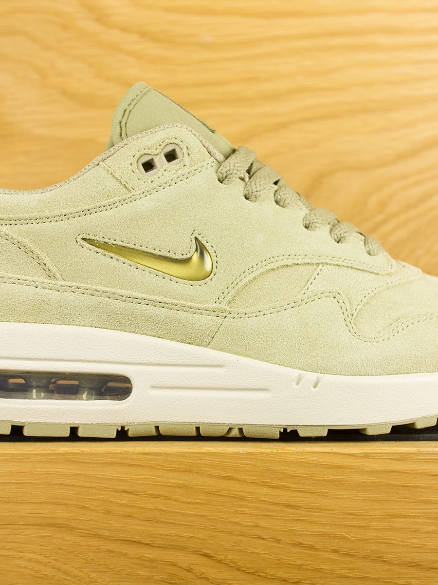 2887e06ded83 nike-air-max-1-premium-sc-jewel-neutral-olive-metalic-gold-04.jpg